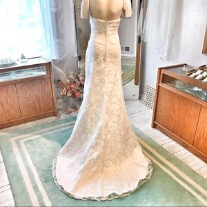 Pretty & FLATTERING Lace Wedding 👗